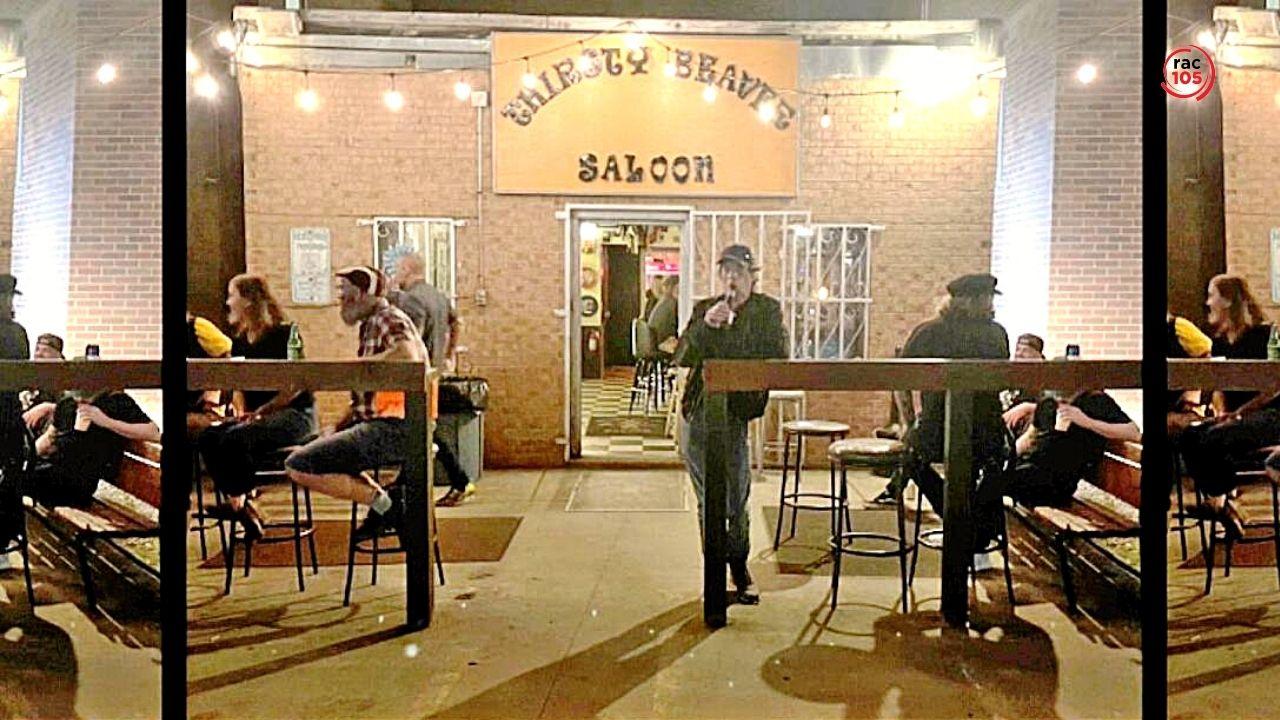 Mick Jagger es beu una cervesa en un bar abans del concert i ningú el reconeix